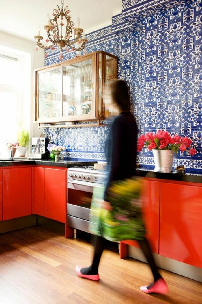 jolie-cuisine-avec-meubles-en-bois-rouge-jolie-cuisine-colorée-avec-carrelage-adhesif-mural-coloré
