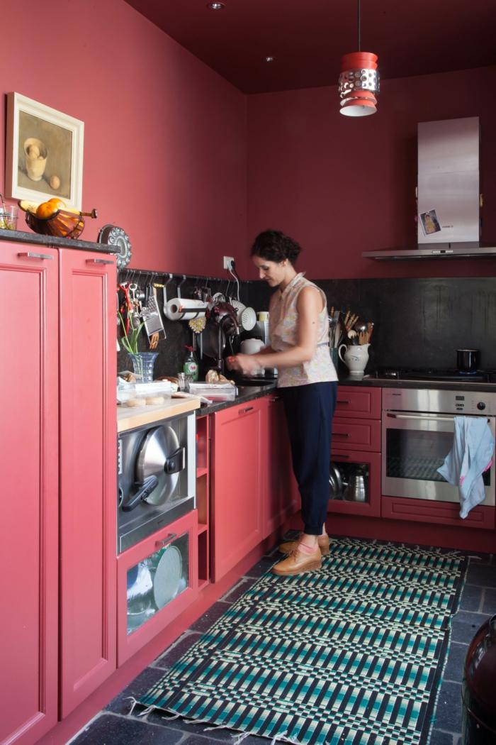 jolie-cuisine-avec-murs-bordeaux-meubles-de-cuisine-rouges-tapis-coloré-dans-la-cuisine