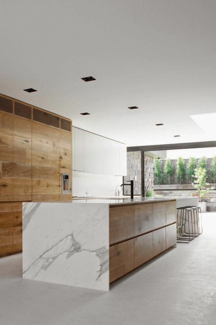 jolie-cuisine-avec-sol-en-béton-ciré-beige-beton-cire-plafond-bas-blanc-ilot-de-cuisine-moderne