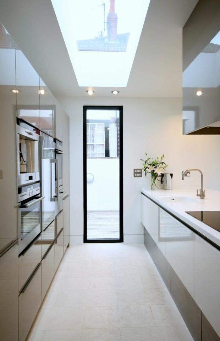 jolie-cuisine-comment-aménager-une-cuisine-originale-rénover-sa-cuisine-interieur-blanc-et-meubles-blancs