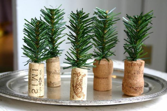 jolie-decoration-pour-la-table-de-noel-branche-de-sapin-vert-pour-decorer