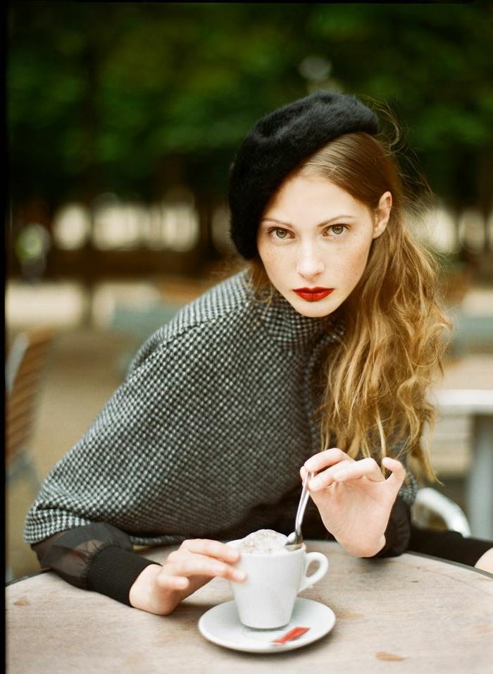 jolie-femme-avec-béret-noir-manteau-gris-levres-rouges-cheveux-blonds-yeux-bleus
