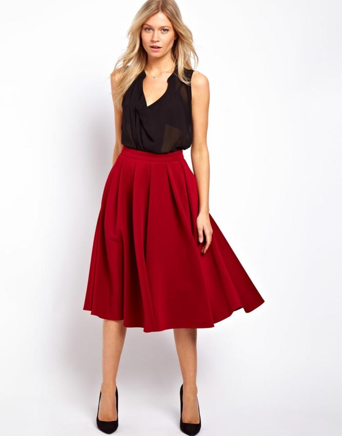 jolie-fille-blonde-avec-jupe-parapluie-rouge-et-t-shirt-noir-talons-noirs-fille-blonde