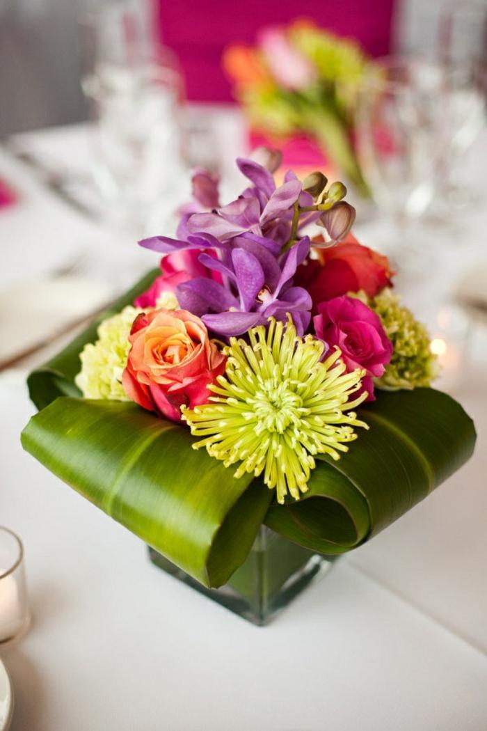 jolie-idee-pour-decorer-la-table-avec-un-enorme-bouquet-de-fleurs-colores-comment-bien-decorer-la-table
