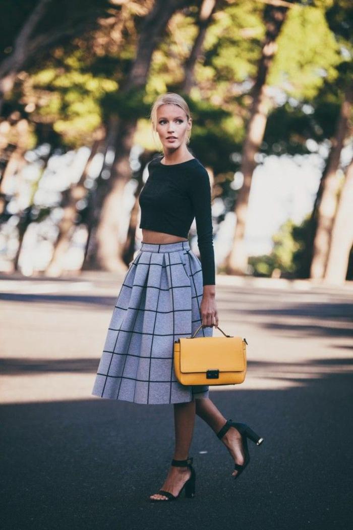 jolie-jupe-parapluie-gris-pour-les-filles-modernes-talons-hauts-noirs-femme-blonde