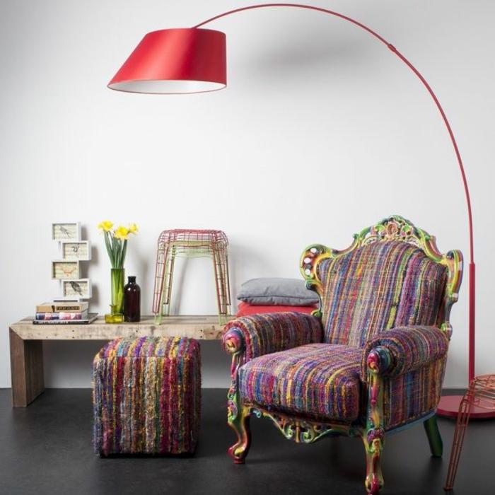 jolie-lampadaire-alinea-colore-rouge-pour-le-salon-avec-une-chaise-retro-chic-sol-en-lino-noir-mur-blanc