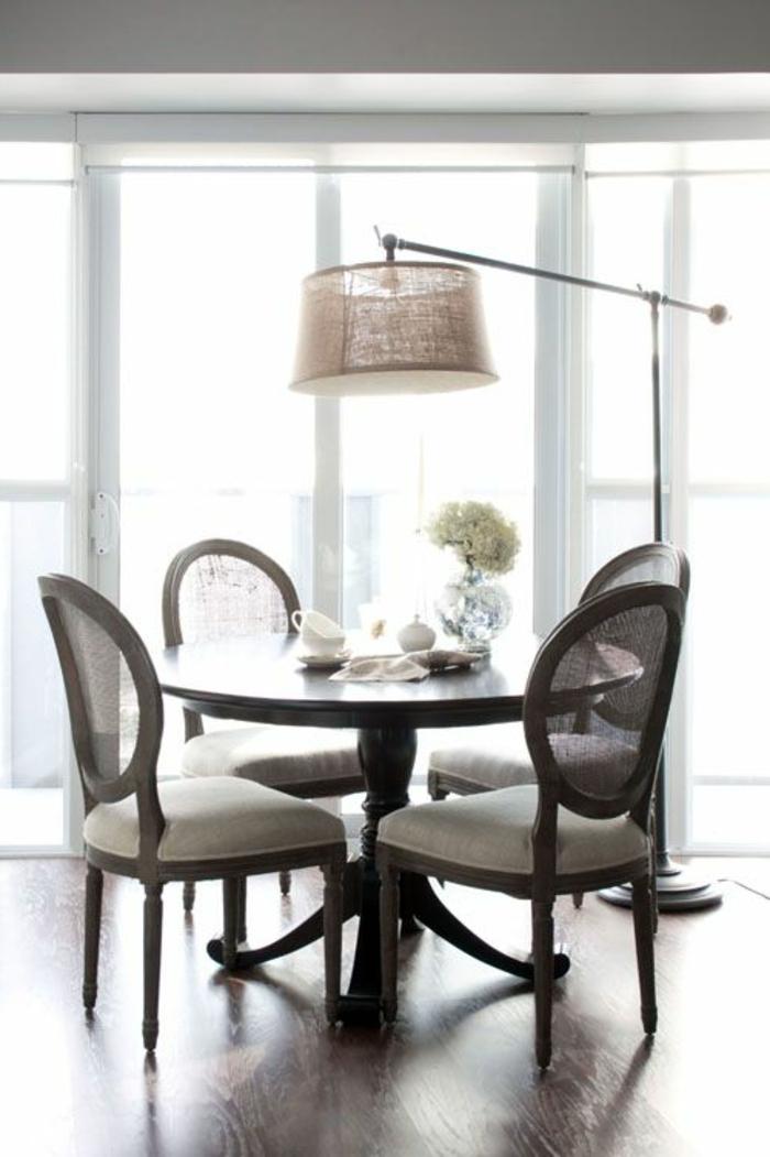 jolie-lampe-arc-dans-la-salle-de-sejour-avec-meubles-retro-chic-en-bois-foncé-parquet-marron
