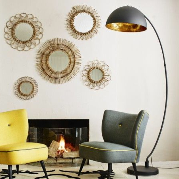 Jolie lampe arc dans le salon moderne decoration murale chaise grise