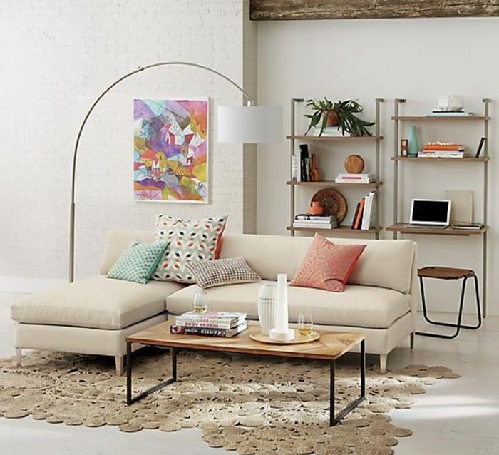 jolie-lampe-arc-lampadaire-alinea-tapis-beige-canape-beige-pour-le-salon-moderne-murs-beiges