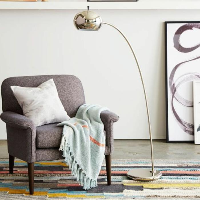 jolie-lampe-arc-pour-le-salon-moderne-avec-un-tapis-coloré-et-jollie-lampadaire-halogene
