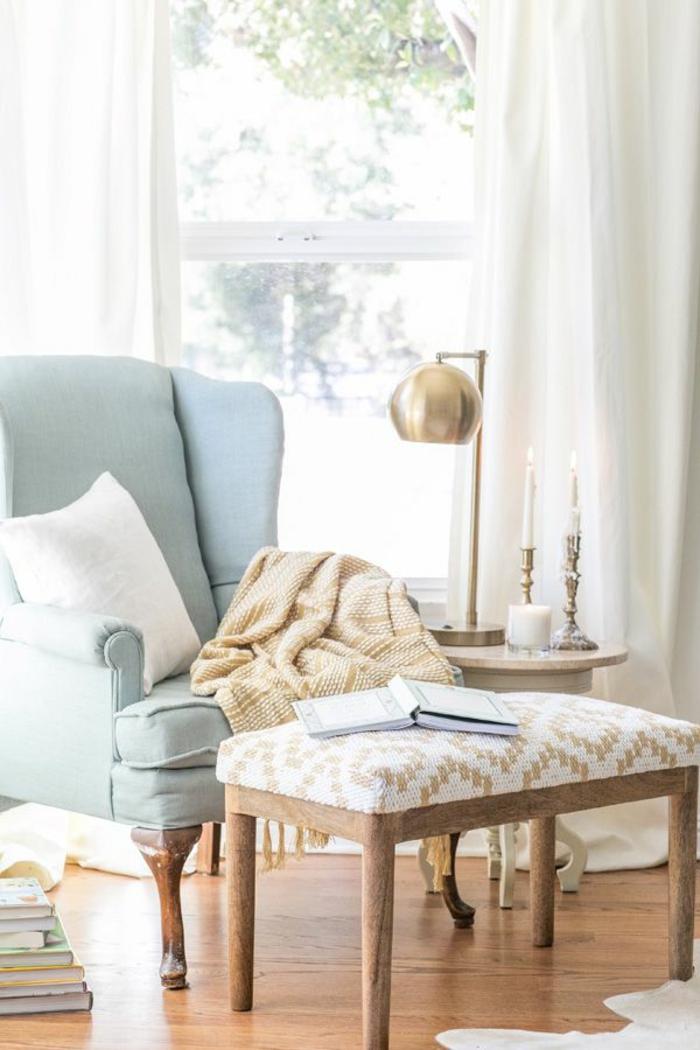 jolie-lampe-de-salon-dans-le-salon-avec-parquet-clair-et-meubles-clairs-avec-rideaux-longs-blancs