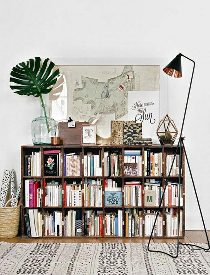 jolie-lampe-de-salon-sur-pied-dans-le-salon-moderne-avec-tapis-beige-sur-le-sol-en-planchers