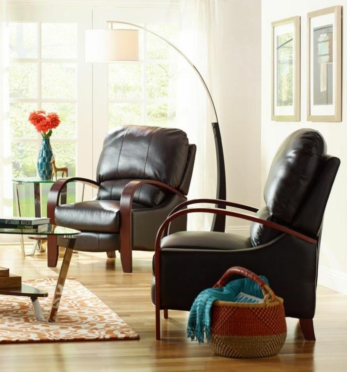 jolie-lampe-en-forme-d-arc-lampadaire-alinea-pour-le-salon-avec-parquet-foncé_et-murs-beiges-fauteuil-en-cuir-foncé