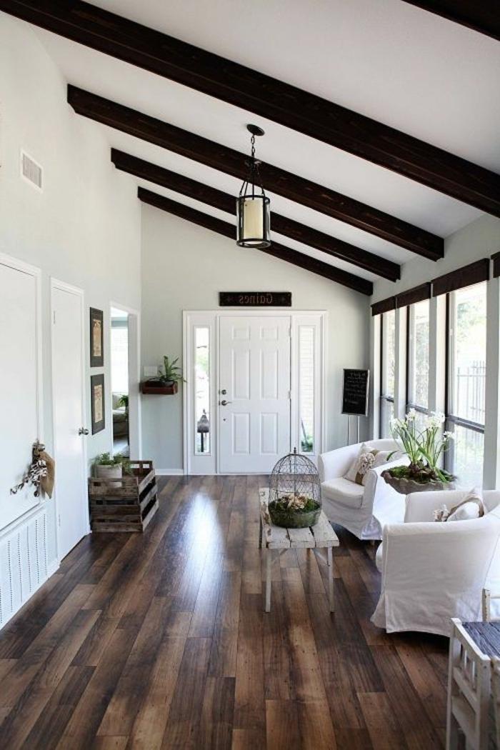 jolie-maison-d-esprit-loft-avec-sol-en-plancher-en-bois-foncé-et-poutre-decorative-poutre-chene-pour-le-plafond-sous-pente
