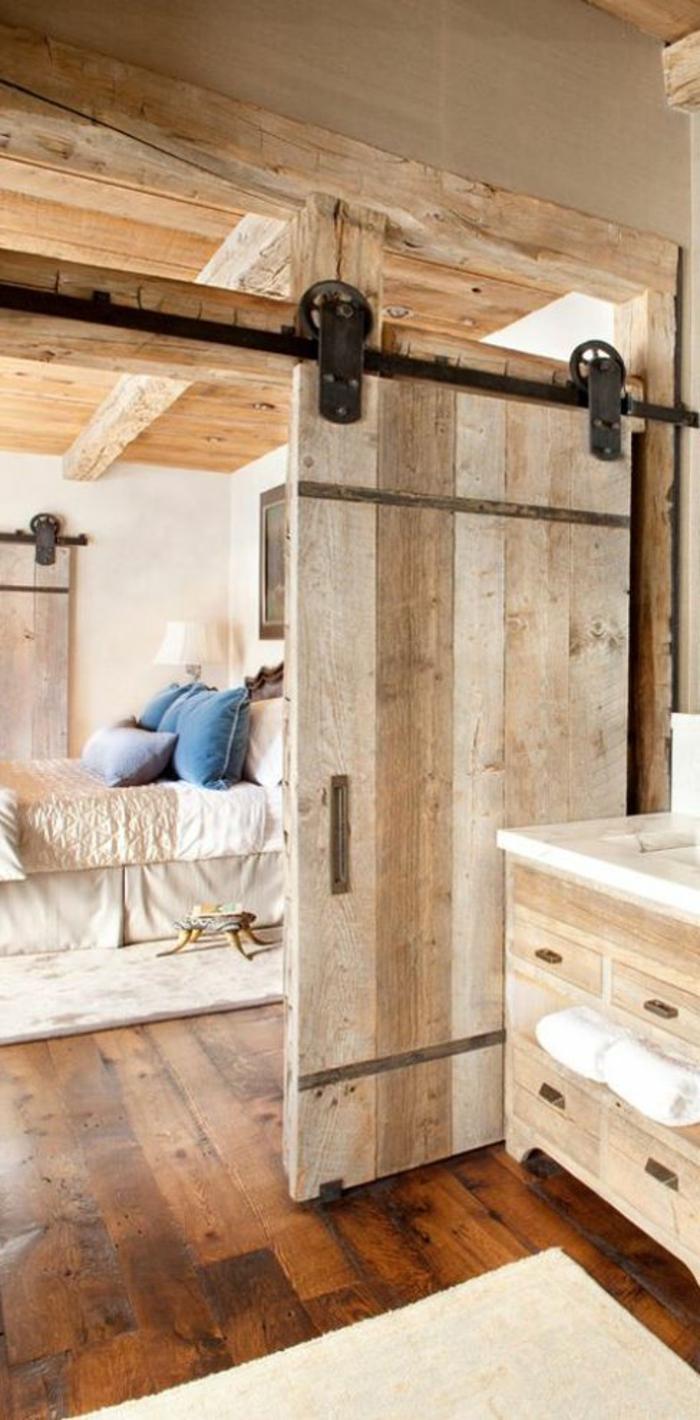 jolie-porte-coullissante-en-bois-clair-sol-en-parquet-foncé-intérieur-en-bois-massif