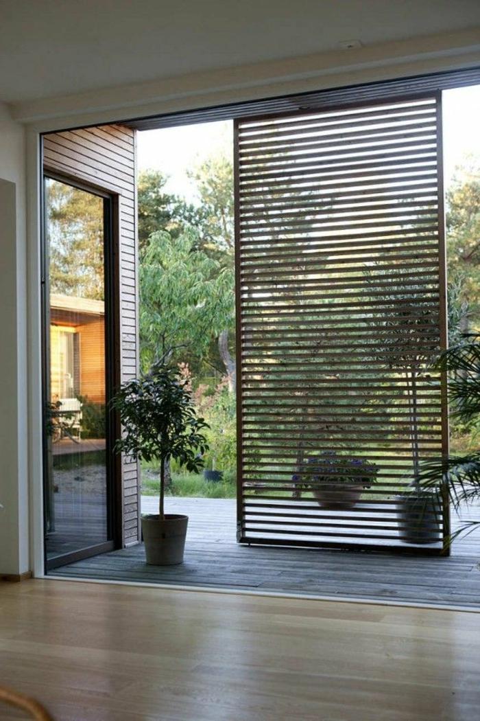 jolie-porte-coullissante-en-bois-pour-bien-separer-les-pieces-d-interieur-sol-en-parquet-clair