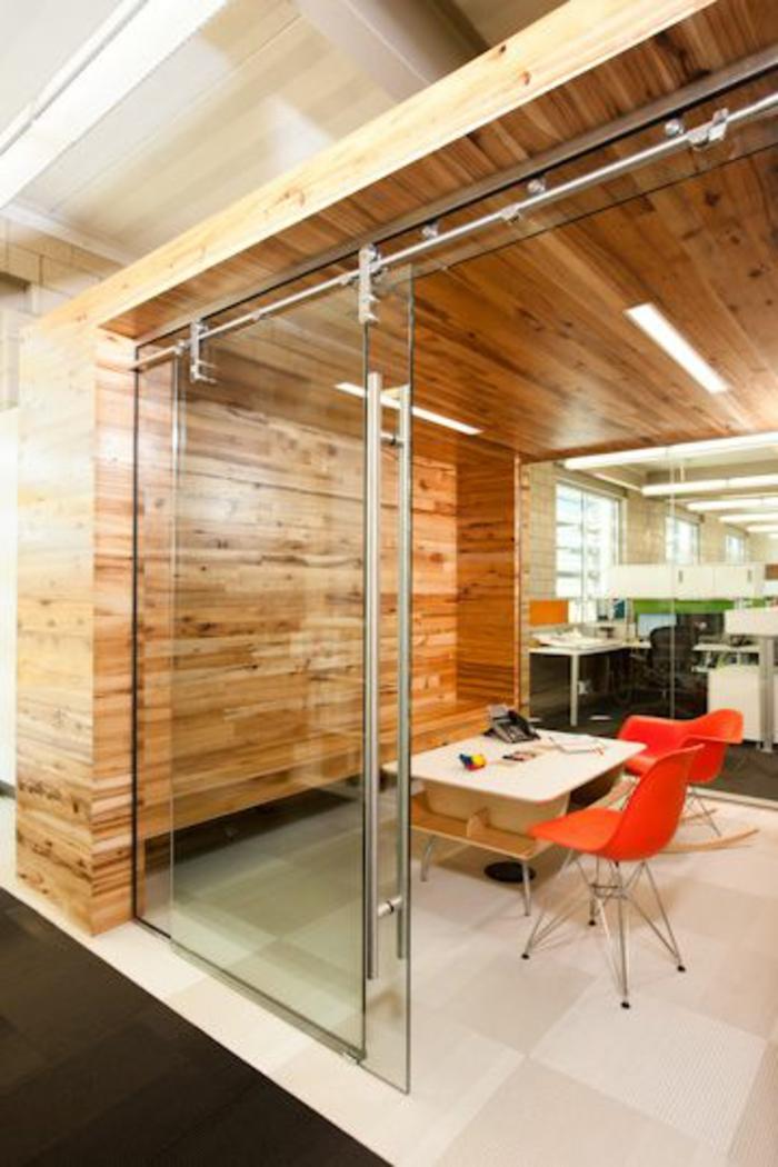 jolie-porte-coullissante-en-verre-transparente-sol-avec-carrelage-beige-et-meubles-de-cuisine-moderne