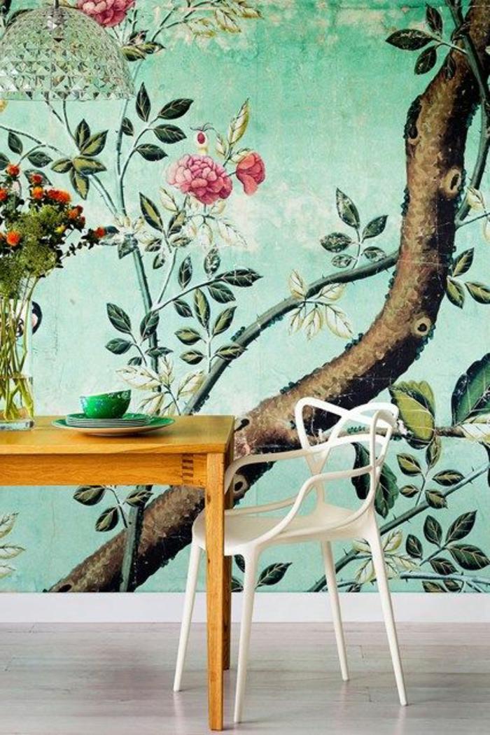 jolie-salle-à-manger-meubles-dans-la-cuisine-moderne-sol-en-parquet-clair-papier-peint-fleuri