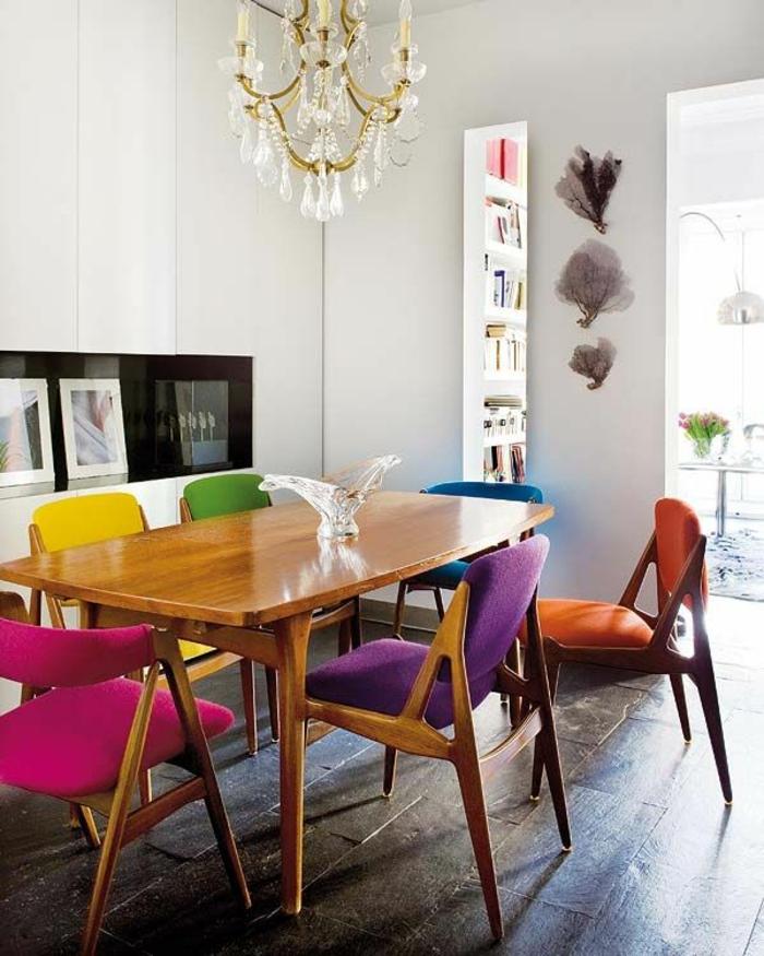 jolie-salle-a-manger-contemporaine-complete-avec-chaises-contemporaines-colorées