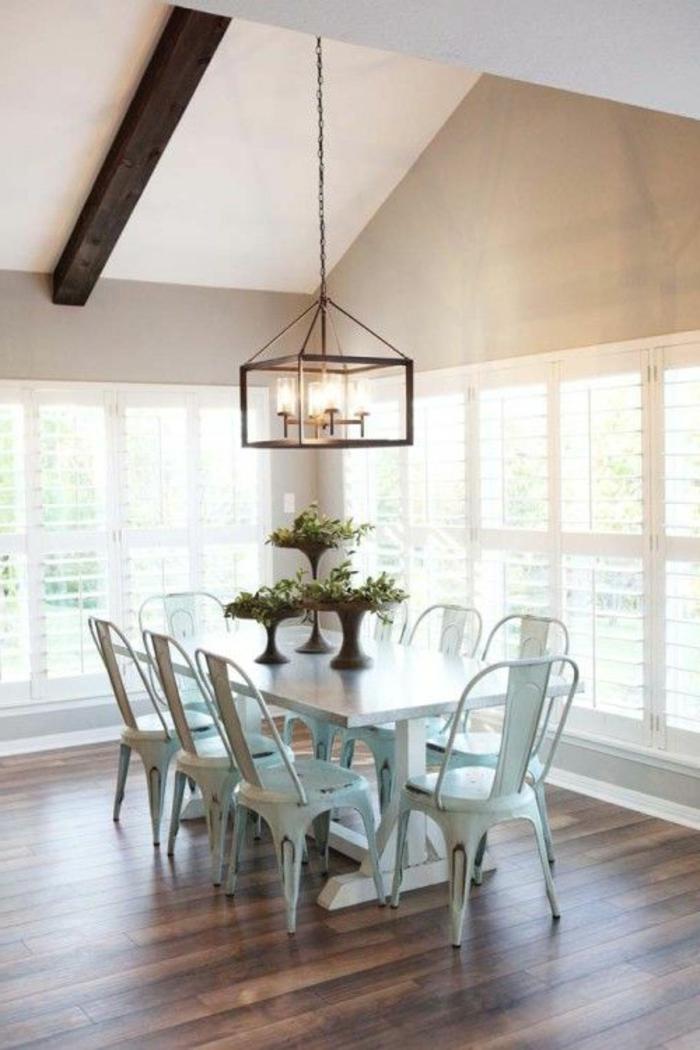 jolie-salle-a-manger-contemporaine-complete-avec-chaises-contemporaines-en-fer-bleu-clair