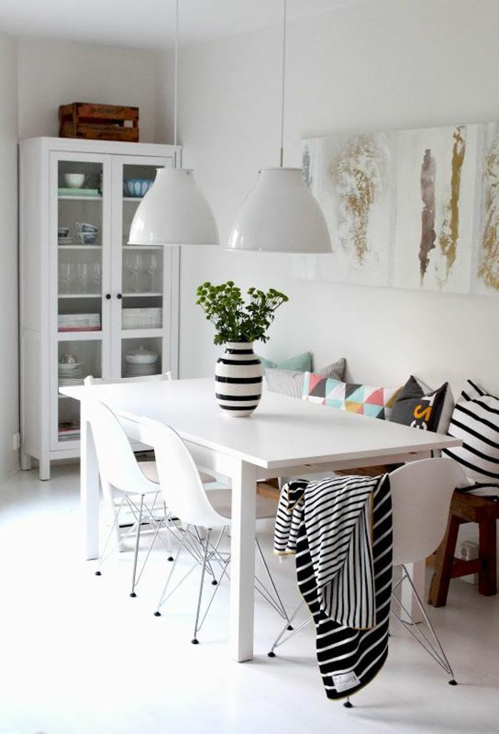 jolie-salle-a-manger-contemporaine-complete-avec-murs-blancs-et-table-en-bois-blanc-chaises-plastiques-et-lustres-blancs