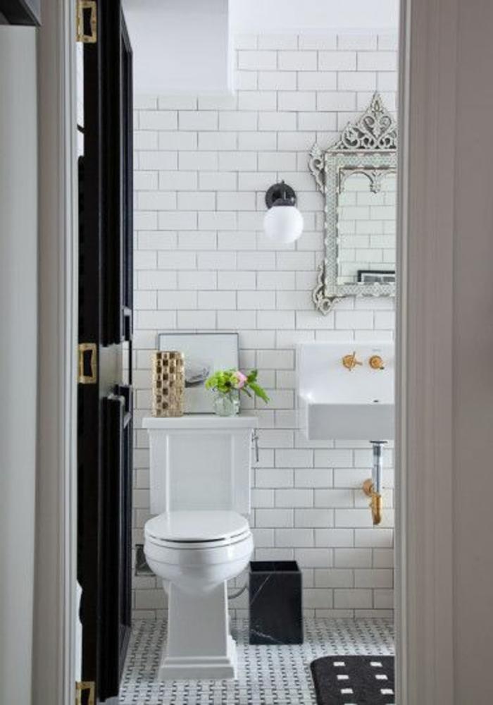 jolie-salle-de-bain-avec-mur-blanc-et-sol-en-mosaique-miroir-decoratif-aménager-une-petite-salle-de-bain