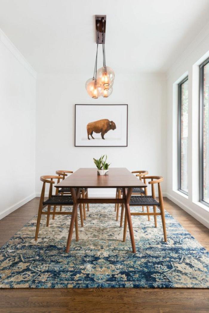jolie-salle-de-séjour-avec-meubles-en-bois-foncé-et-tapis-bleu-plafond-blanc-et-murs-blancs