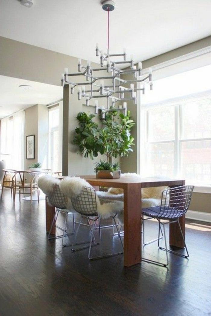 jolie-salle-de-sejour-avec-chaises-gris-et-table-en-bois-sol-en-parquet-foncé-plante-verte-d-interieur