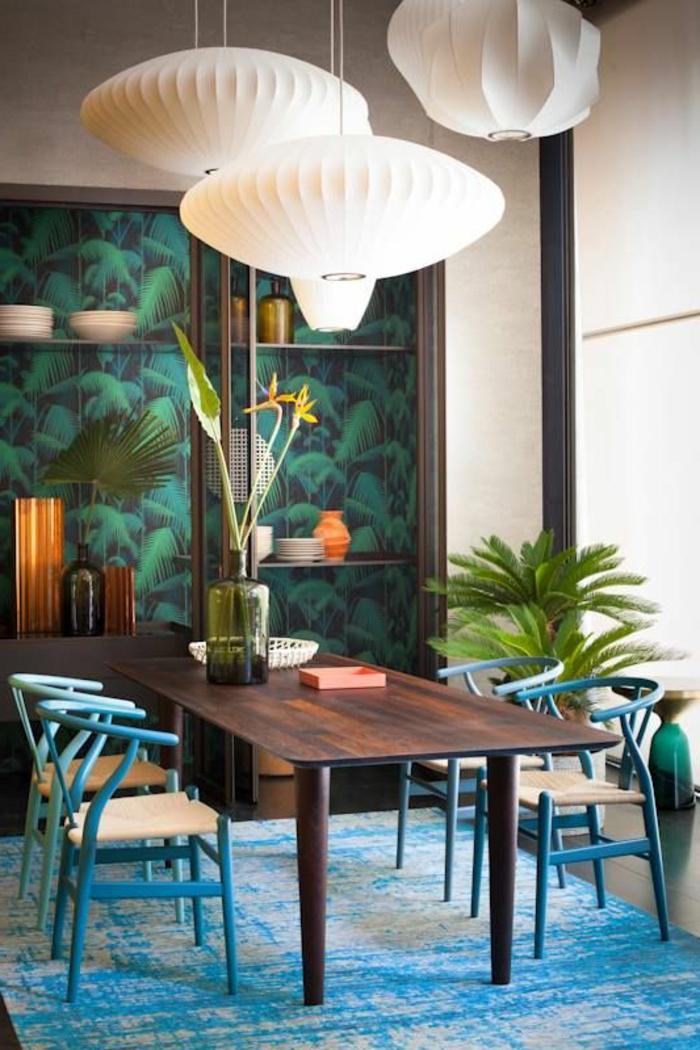 jolie-salle-de-sejour-avec-un-tapis-bleu-et-table-en-bois-foncé-lustre-en-papier-blanc
