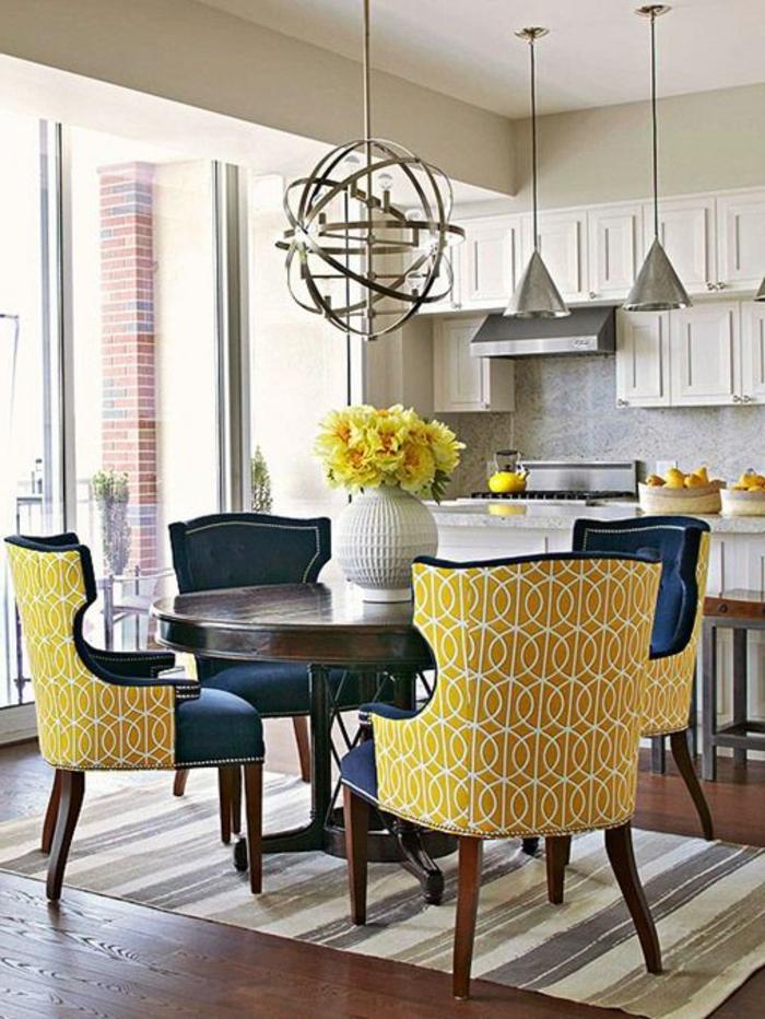 jolie-table-carrée-salle-à-manger-contemporaine-avec-fleurs-sur-la-table-et-chaises-jaunes-plafond-blanc