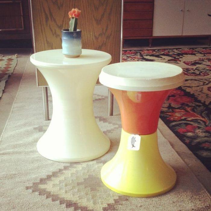 jolie-tabouret-tam-tam-pas-cher-en-forme-de-tulipe-plastique-tapis-beige-et-meubles-d-intérieur