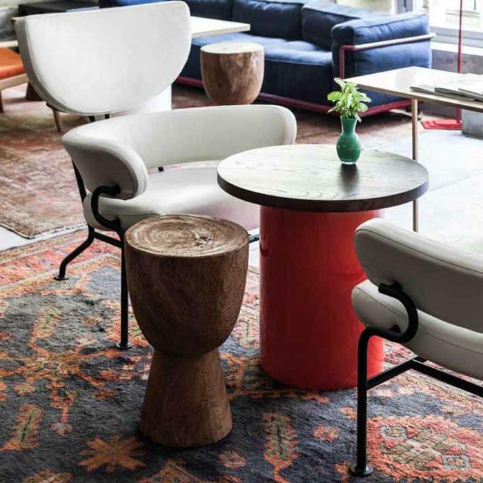 jolie-tabouret-tamtam-pas-cher-avec-tapis-coloré-dans-le-salon-moderne-avec-chaises-blanches