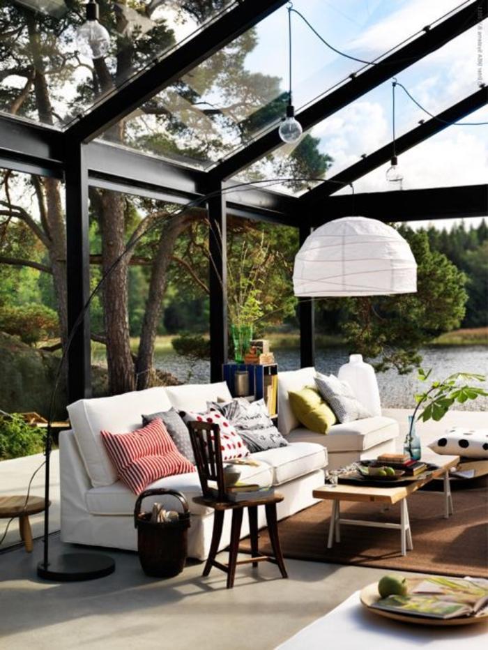 jolie-véranda-en-kitavec-mur-en-verre-et-plafond-sous-pente-en-verre-pour-la-maison-de-luxe