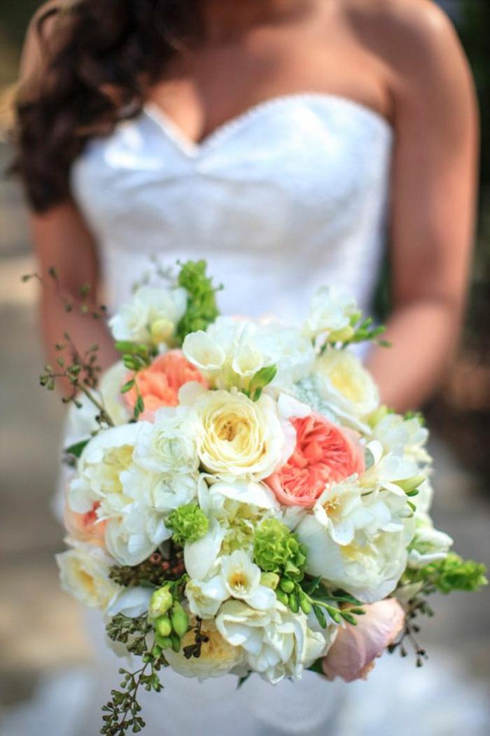 jolie-variante-de-bouquet-de-mariée-rond-et-une-femme-avec-robe-blanche-jolie-robe