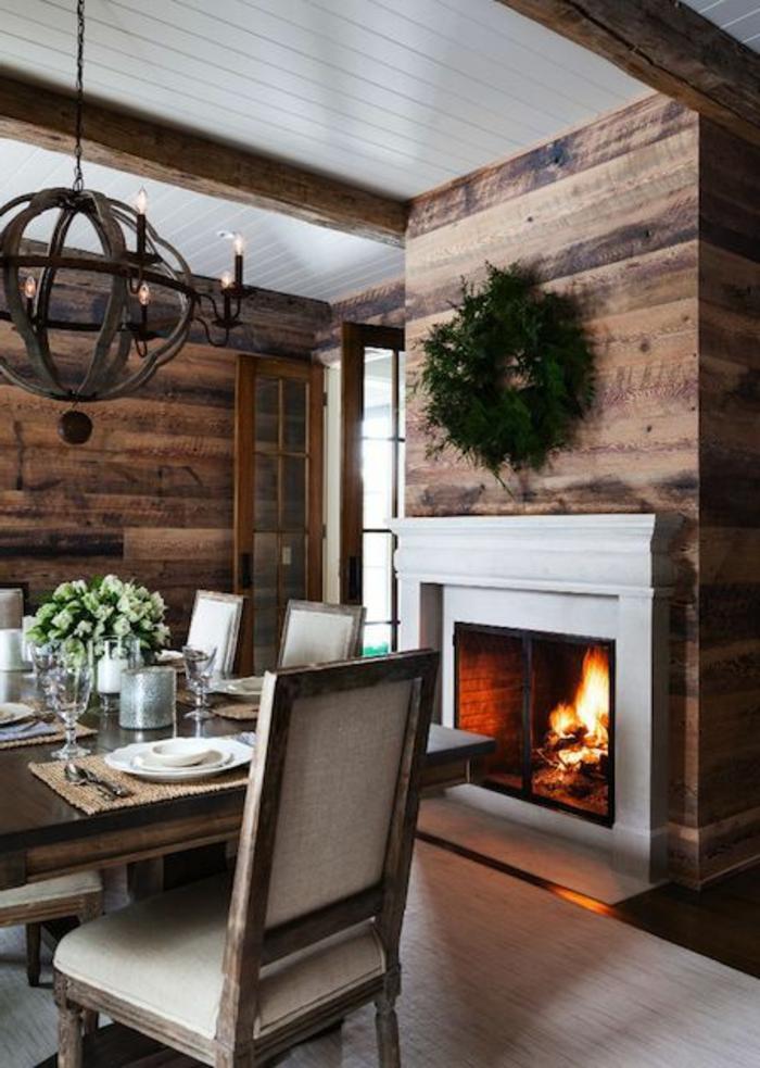 jolie-variante-pour-table-carrée-salle-à-manger-contemporaine-en-bois-massif-et-cheminée-d-intérieur