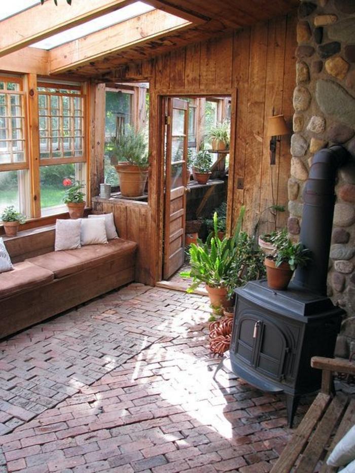 jolie-veranda-leroy-merlin-avec-mur-en-planchers-clairs-et-plafond-sous-pente-avec-fenetres