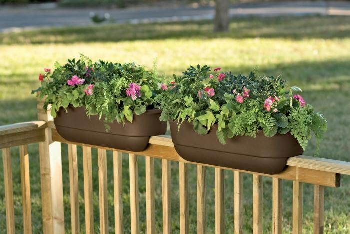 jolis-fleurs-de-balcon-pelouse-verte-devant-la-maison-moderne-fleurs-pour-decorer-le-balcon