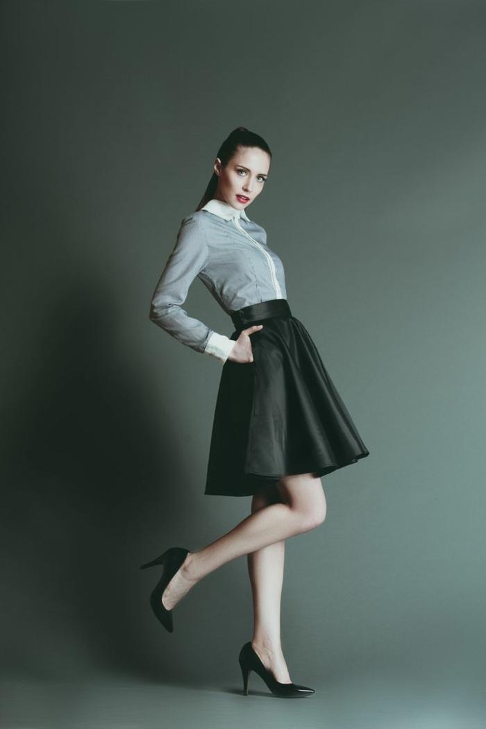 jupe-parapluie-noire-pour-les-filles-modernes-chemise-grise-talons-hauts-noirs-modernes