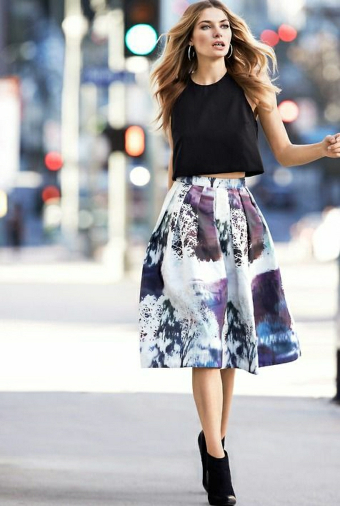 jupe-sequin-colorée-fille-moderne-elegant-avec-jupe-coloré-fille-qui-marche-sur-la-rue