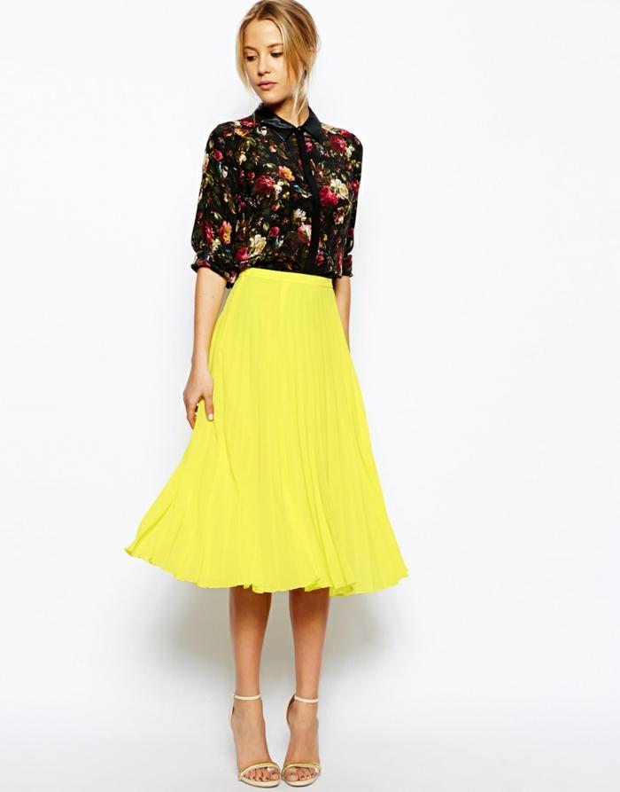 jupe-sequin-jaune-chemise-colorée-talons-hauts-et-cheveux-blonds-pied-long