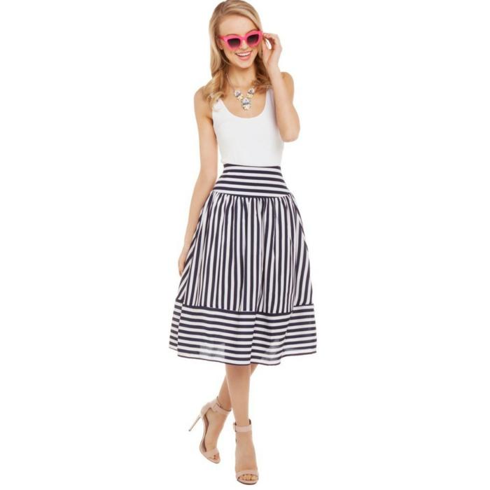 jupe-trapeze-a-rayures-blanches-et-noires-top-blanc-cheveux-blonds-lunettes-de-soleil