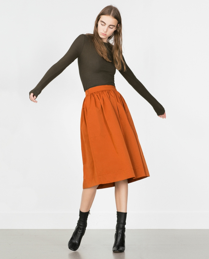 jupe-trapeze-marron-avec-bottes-noirs-fille-avec-cheveux-marrons-foncés-moderne