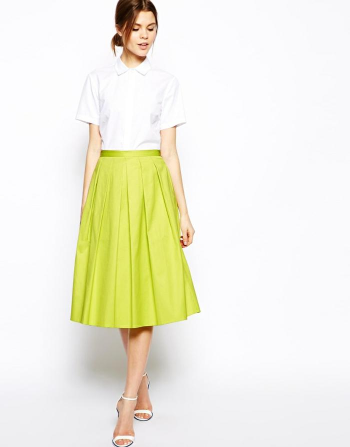 jupe-trapeze-vert-avec-chemise-blanche-talons-hauts-blancs-cheveux-marrons
