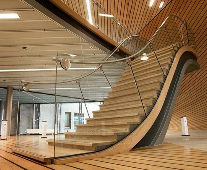 l-escalier-tournant-en-bois-pour-avoir-un-intérieur-moderne-et-joli-sol-en-planchers-clairs