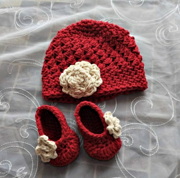 la-chausson-crochet-pantoufle-bebe-chaussures-enfant-pantoufle-et-chapeau-rouge