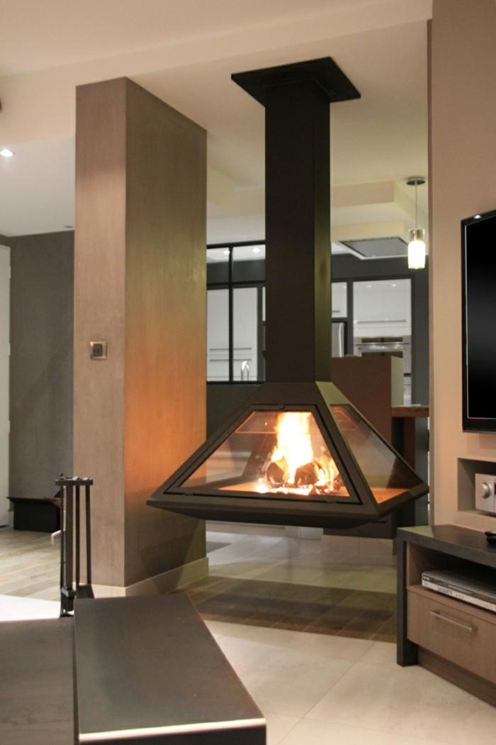la-cheminée-centrale-foyer-fermé-intérieur-moderne-le-feu