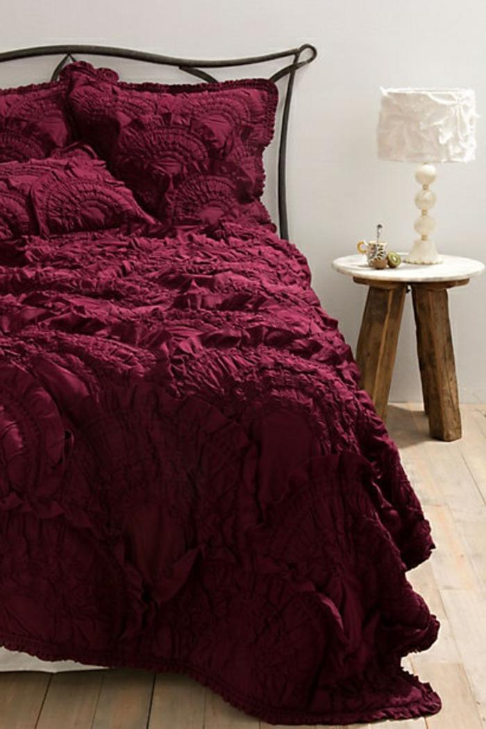 la-couleur-bordeau-pour-la-couverture-dans-la-salle-a-coucher-moderne-avec-lit-en-fer-forgé