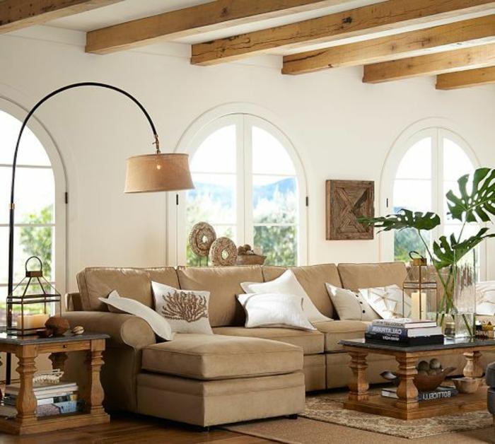 la-lampe-arc-pour-le-salon-moderne-avec-plafond-sous-combles-et-joli-plante-verte-d-interieur