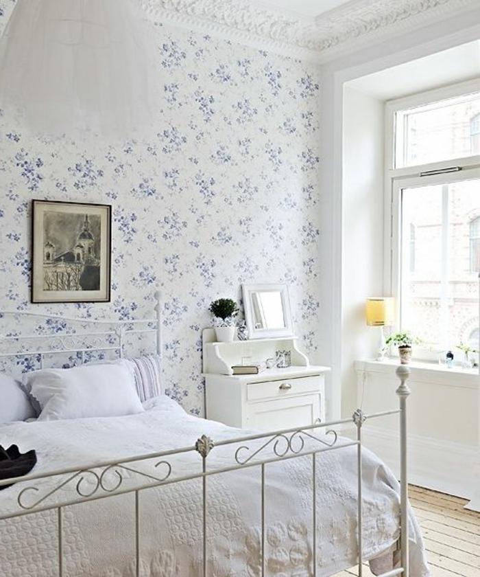la-plus-belle-chambre-à-coucher-avec-beaucoup-de-lumière-et-papier-peint-fleuri-anglais-blanche-et-bleu