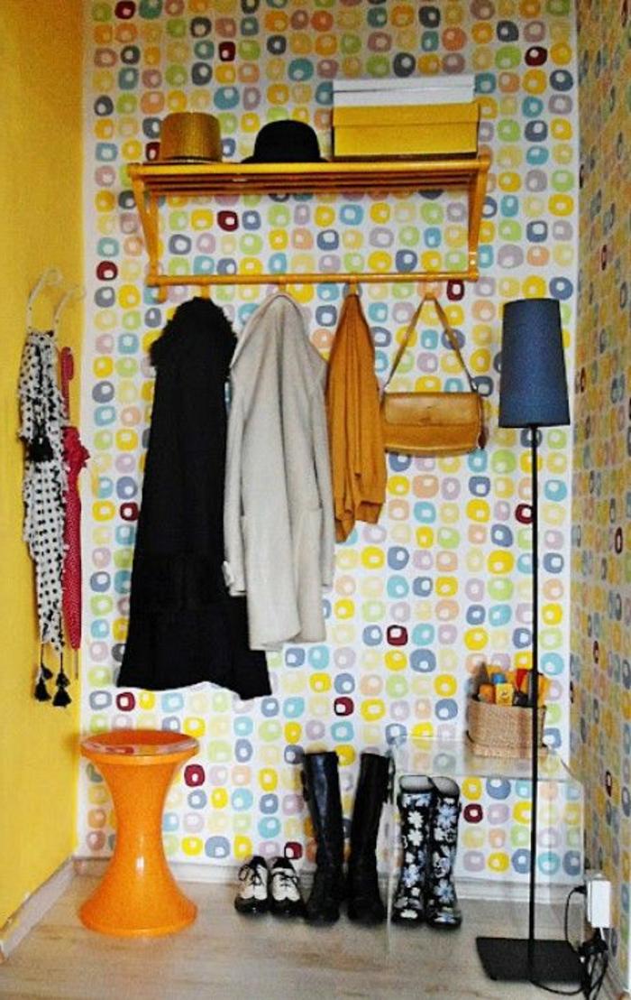 la-tabouret-tam-tam-de-couleur-orange-sol-en-parquet-clair-dans-l-entrée